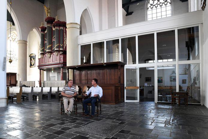 GEERTRUIDENBERG Bestuursleden Gerard Leeuw en Marco Verbrugge omarmen het idee om theater en bioscoop van Schattelijn naar de Geertruidskerk te verplaatsen. Achter de glazen pui zou het theater kunnen komen; indien niet groot genoeg kan de pui zover naar voren worden geplaatst worden zodat de twee mannen ineens in de filmzaal zitten.