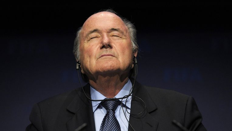 Sepp Blatter tijdens de persconferentie waarin hij zijn aftreden aankondigde. Beeld ap