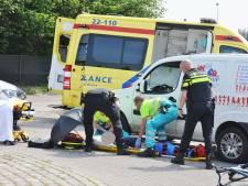 Fietser ernstig gewond bij aanrijding door bestelbus op rotonde in Budel