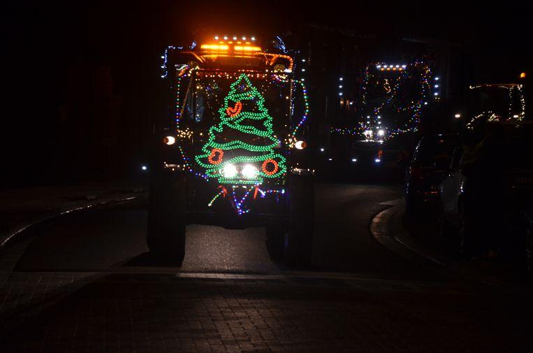 De derde editie van de verlichte tractorstoet door Heiende bracht 250 deelnemers op de been.