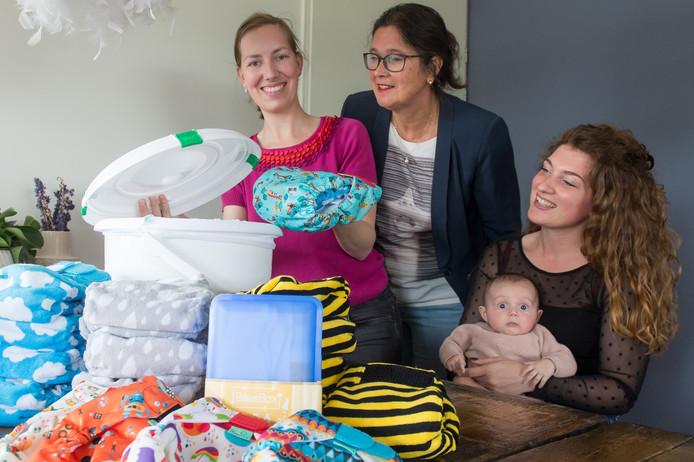 Het pakket op de voorgrond met daarachter vlnr Marsha Leinweber, Corinne Oomes en Roniet van Bakel - van Bergen met Ovie. Foto René Schotanus/Pix4Profs