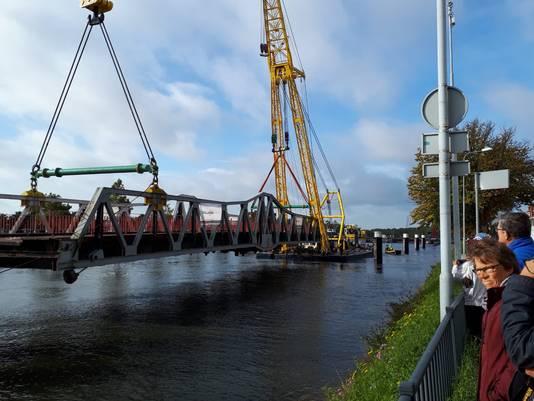De brug hangt in de lucht.