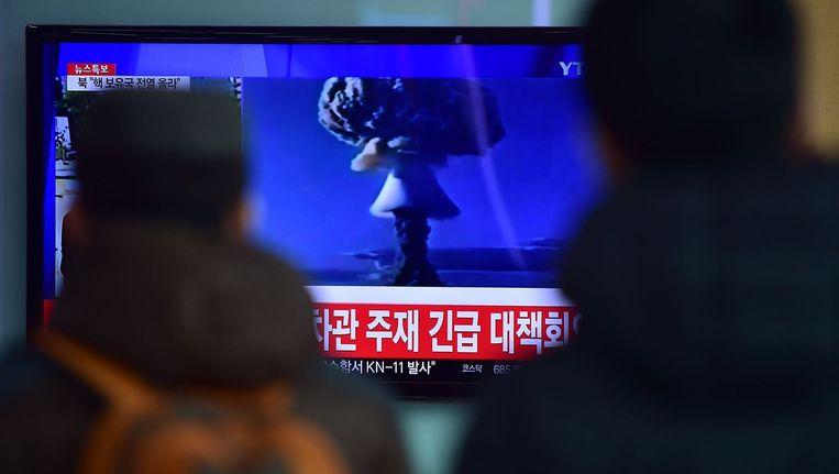 Zuid-Koreanen kijken in Seoul naar beelden van de atoomtest van de noorderburen. Beeld afp