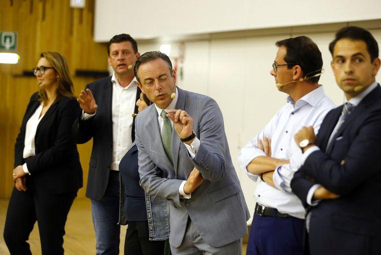 Bart De Wever (midden) en de andere partijvoorzitters tijdens het openingscollege van Carl Devos.