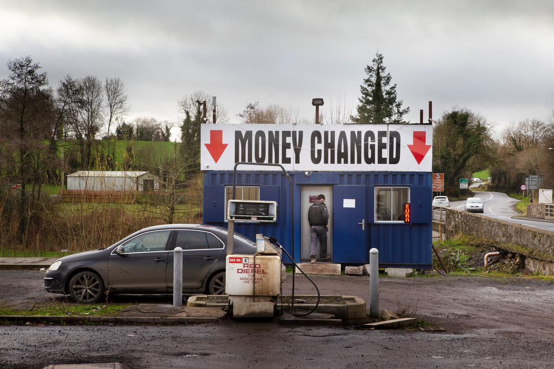 Vlak aan de grens zit de oude grenspost en een kantoortje waar je geld kunt wisselen.