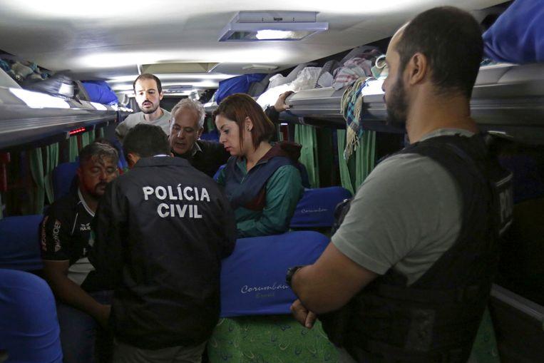 De politie ondervraagt mensen die in de bus aanwezig waren ten tijde van de beschieting.