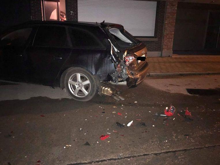 De schade aan de wagen was groot. De bestuurder die de aanrijding veroorzaakte ging op de vlucht.