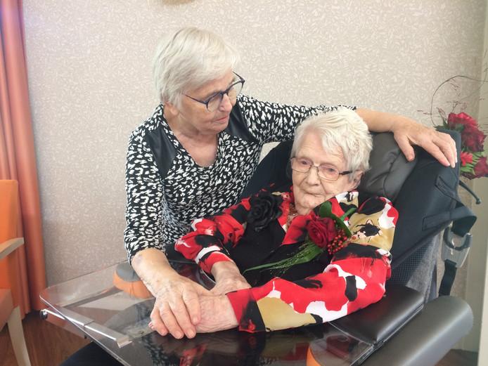 Jarige Dina Oosterom (105) met haar dochter Toos.