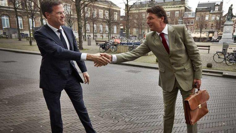 Premier Mark Rutte (links) schudt de hand van Edwin de Roy van Zuydewijn. Beeld anp