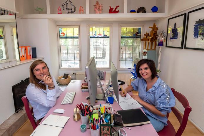 20190820 - BERGEN OP ZOOM - Pix4Profs/Tonny Presser - Eva Luijkx (R.) en Gertrude van der Linden (L.) maken opvouwbare papieren maquettes als souvenirs die te koop zijn bij musea. Twee creatieve vrouwen met een atelier in Bergen op Zoom.