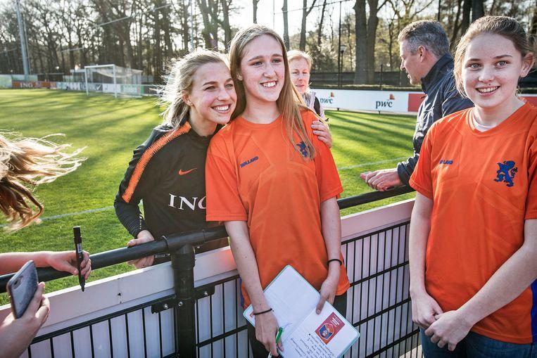 Jackie Groenen, aanvallende middenvelder van Oranje, altijd goedlachs, na de training voor oefenwedstrijd tegen Mexico.  Beeld Guus Dubbelman / de Volkskrant