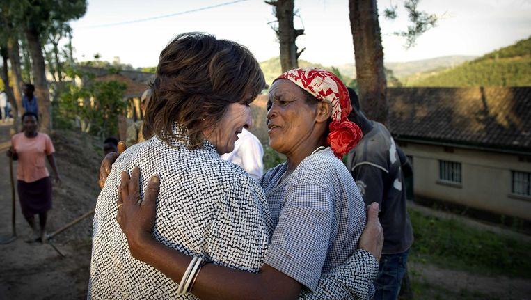 Minister Ploumen wordt in 2013 begroet door een oude dame die aan de weg aan het werk is. De bewoners van Rwanda werken aan de weg die mede door Nederlands ontwikkelingsgeld onderhouden wordt. Beeld anp