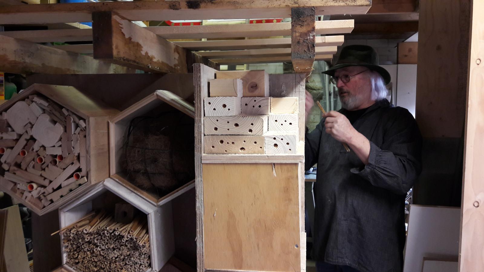 Pro3-raadslid Jan van Gorkum thuis in Loon op Zand aan het werk met zijn bijenhotels.