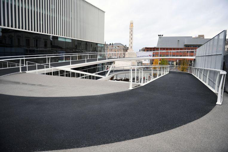 De fietsspiraal aan het station in Leuven ligt te wachten om in gebruik te worden genomen.