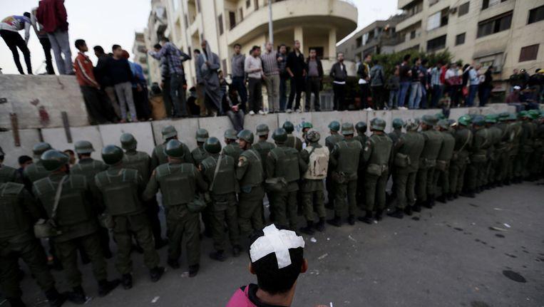 Het Egyptische leger houdt demonstranten op afstand in Caïro, december 2012 Beeld ap