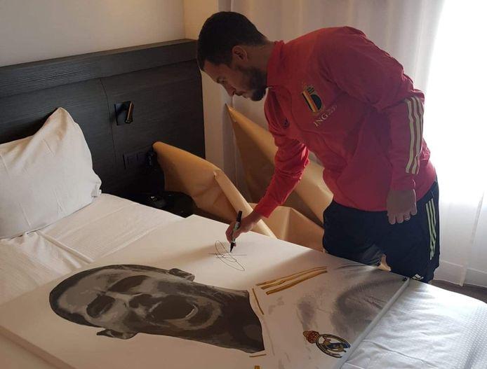 Massi verkoopt het schilderij van Eden Hazard voor het goede doel.