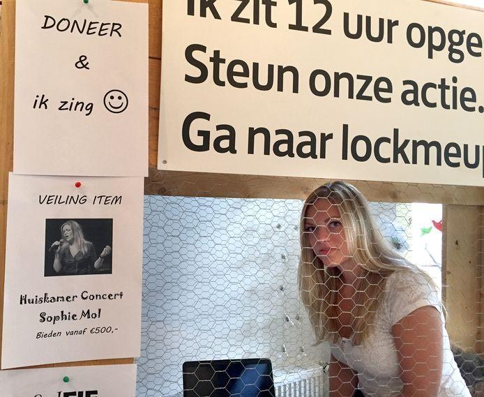 Sophie Mol opgesloten voor goed doel Lock Me Up in Roosendaal