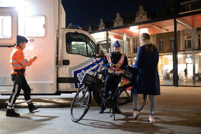 Archiefbeeld: de politie van Mechelen-Willebroek controleert fietsers op het gebruik van hun fietsverlichting.