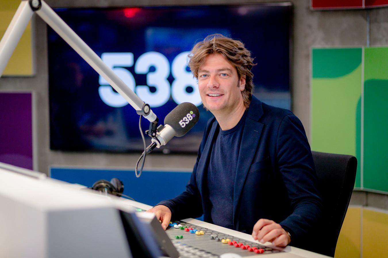Verschillende mediabedrijven zoals RTL, NOS en Radio 538 hebben last van de storing en werken op noodstroom.