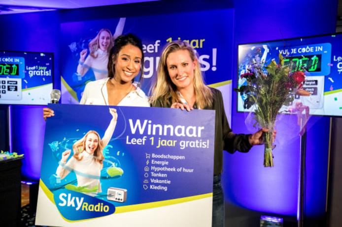 Presentatrice Airen Mylene (links) en winnares Stefanie Sibma (rechts).