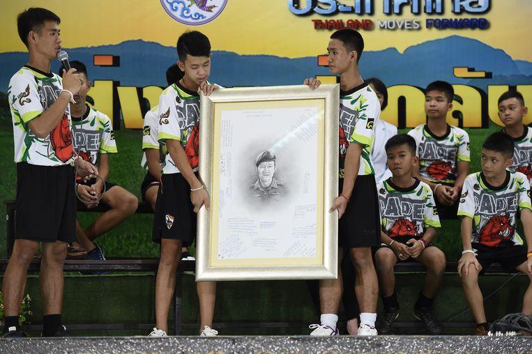 De jongens hebben allemaal een boodschap geschreven bij het portret van de overleden duiker Saman Gunan, dat naar zijn familie gestuurd zal worden. De jongens zullen allemaal als boeddhistische 'novice' monnik intreden om hun respect aan Gunan te betuigen.