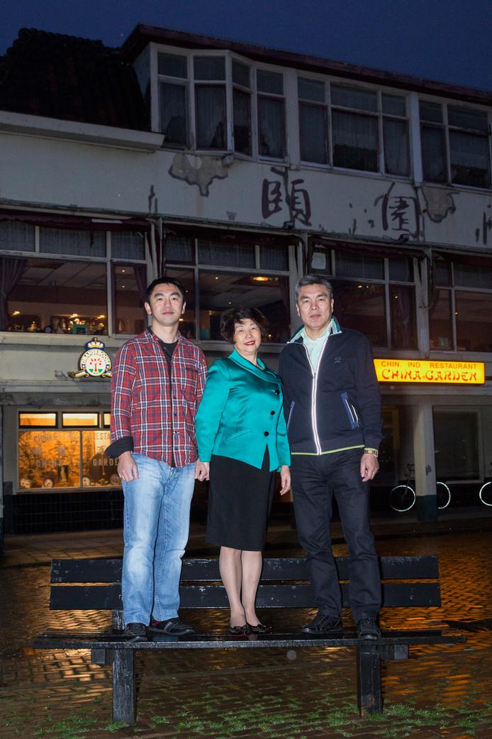 Jun Chou (links) met zijn ouders.