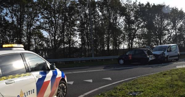 Ravage door ongeluk met drie autos bij oprit A18: gewonde naar ziekenhuis.