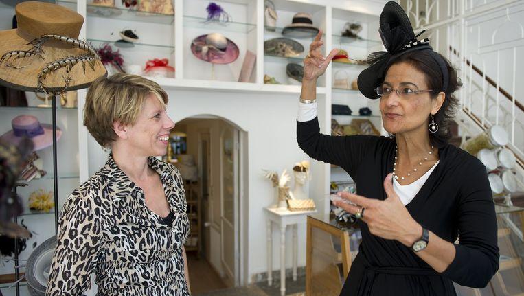 Hoedenontwerpster Berry Rutjes met voormalig Tweede Kamerlid Kathleen Ferrier in Rutjes' hoedenwinkel in 2010. Beeld anp