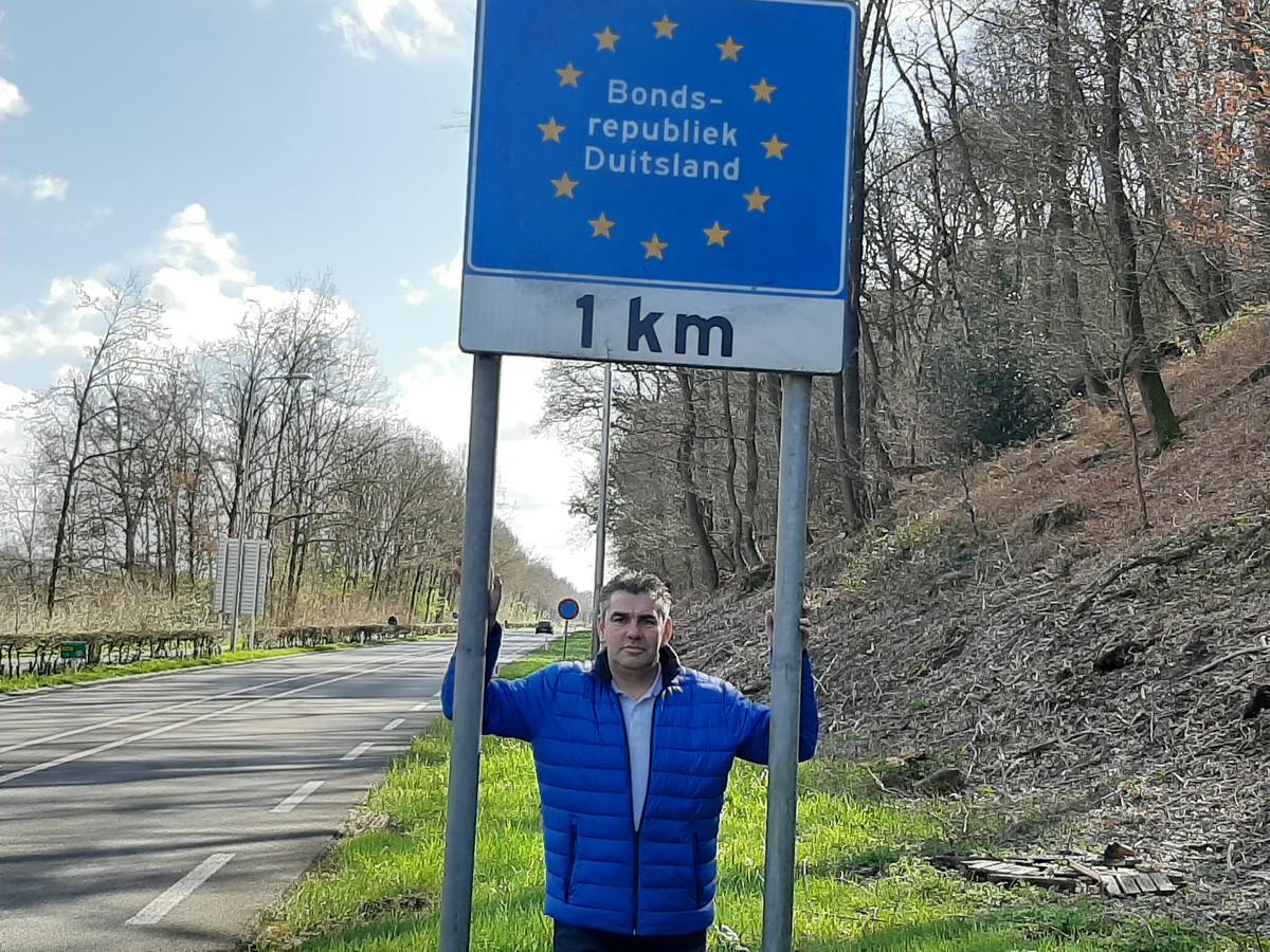 Erik Oudendijk bij de grens Beek-Wyler: 'Wel belasting betalen, maar geen hulp'.