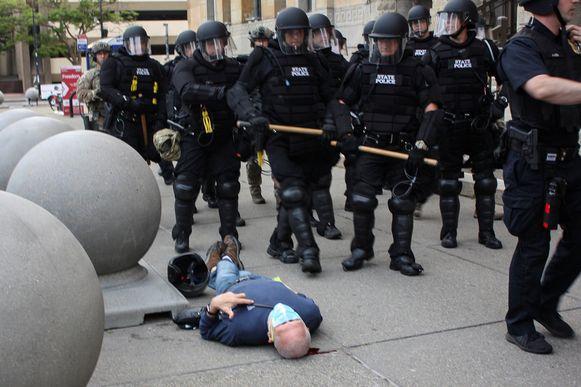 De man bleef na het incident roerloos op de grond liggen.