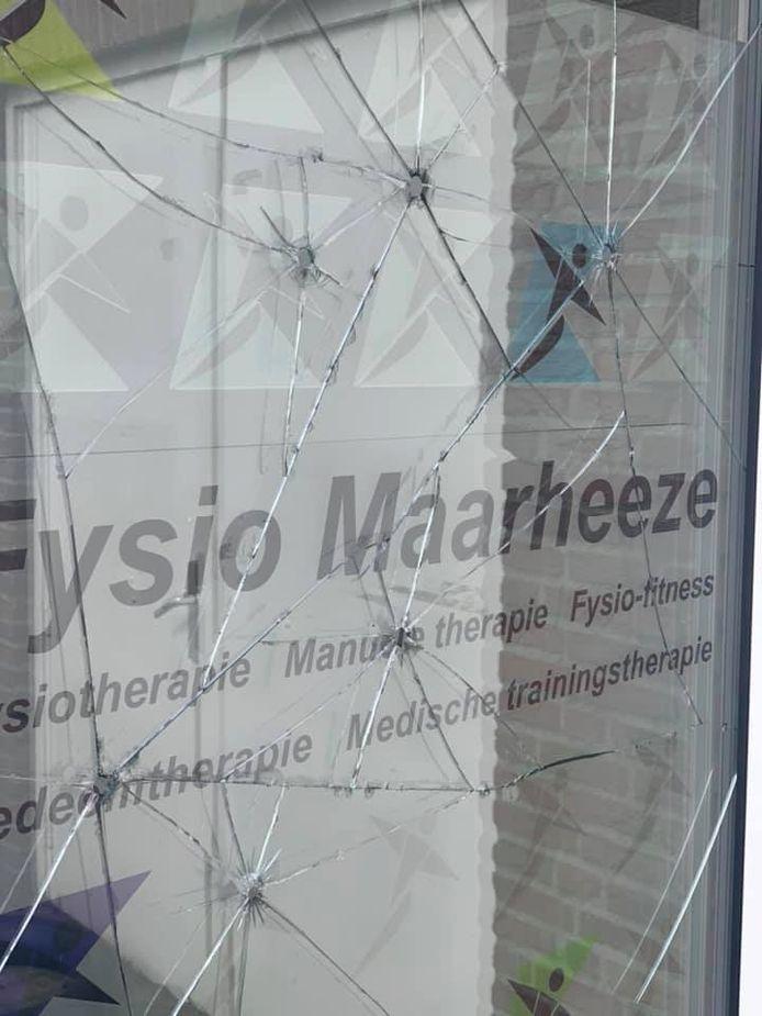 Vernielde ruiten van Anytime Fitness in Maarheeze