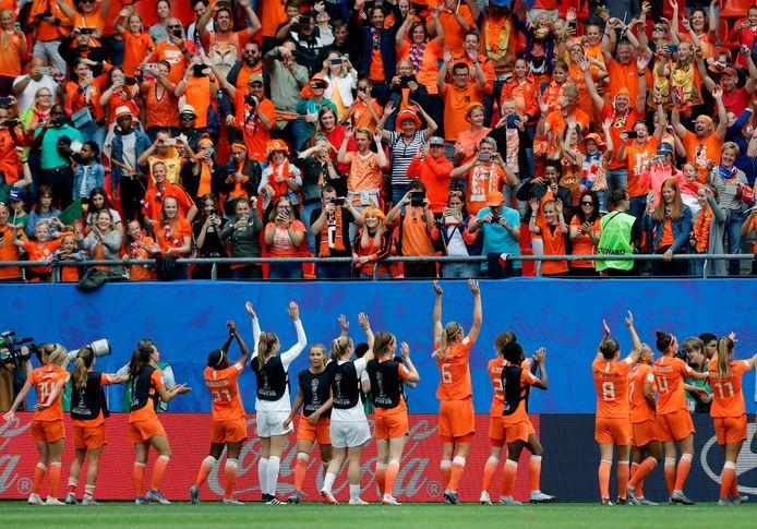 De Leeuwinnen vierden de winst op Kameroen met het publiek.
