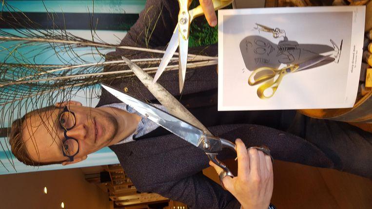 Schaduwkunstenaar Vincent Bal met zijn tekening 'Sharp Dressed Man'.