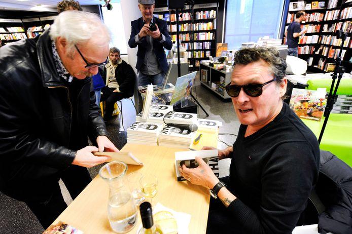 Een persoonlijke herinnering. Earring-zanger Barry Hay signeert bij de boekhandel in Enschede.