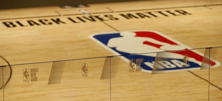 De basketbalvloer in de NBA-playoffs blijft leeg vanwege een staking van de spelers uit protest tegen racisme en grof politiegeweld in Amerika.  Beeld EPA