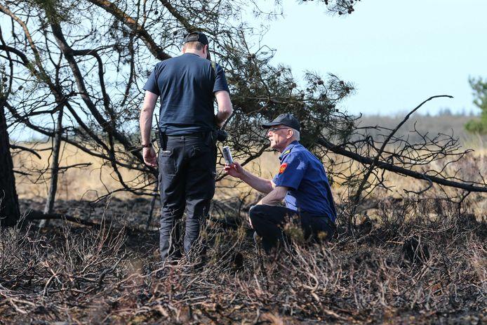De brandweer doet onderzoek naar de mogelijke oorzaak van een brand op de Veluwe.