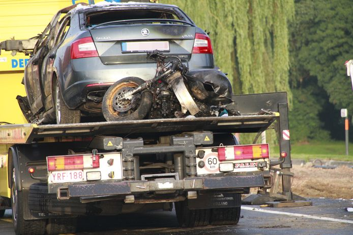 Zowel de anonieme politiewagen als de motor van Kevin werd tot schroot herleid na de botsing tegen een graafmachine.
