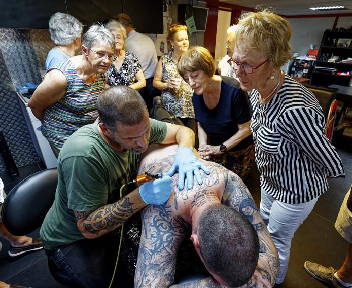 55-plussers konden een kijkje nemen in een tattooshop