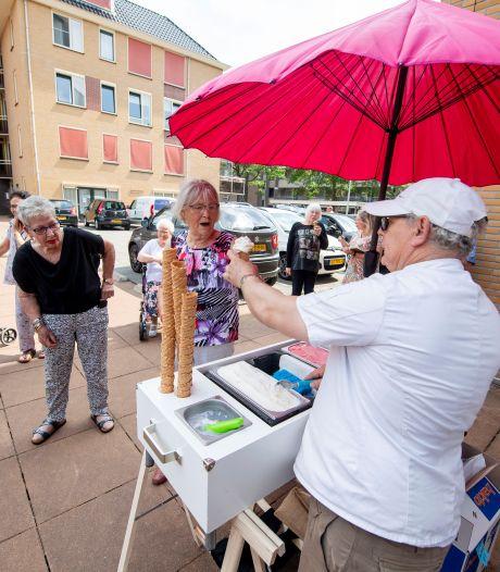 Gratis ijsje lokt senioren uit Nijverdal naar buiten: 'He'j ook softies?'