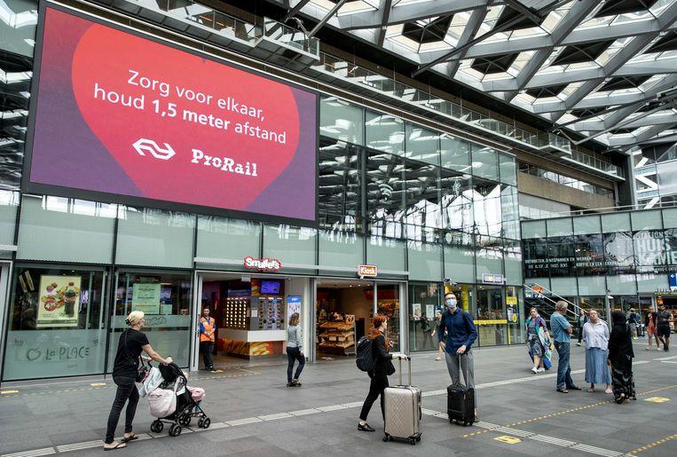 Een oproep om 1,5 meter afstand te houden op Den Haag Centraal Station. Beeld ANP
