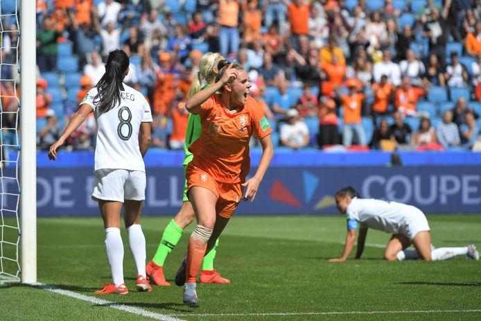 Jill Roord viert haar winnende goal.
