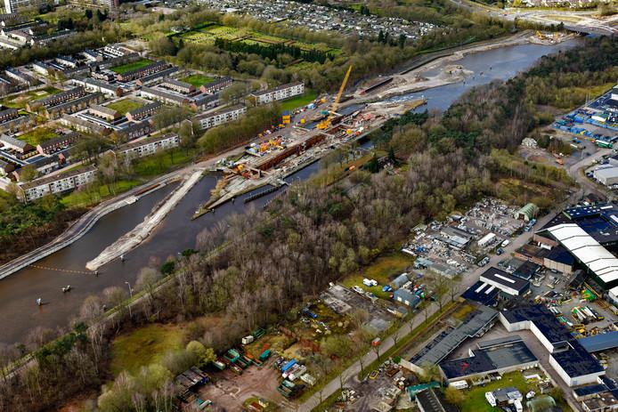 Sluis 3, op deze foto nog in aanbouw, is al klaar. Op dit stuk is het Wilhelminakanaal al bevaarbaar voor de grootste containerschepen.
