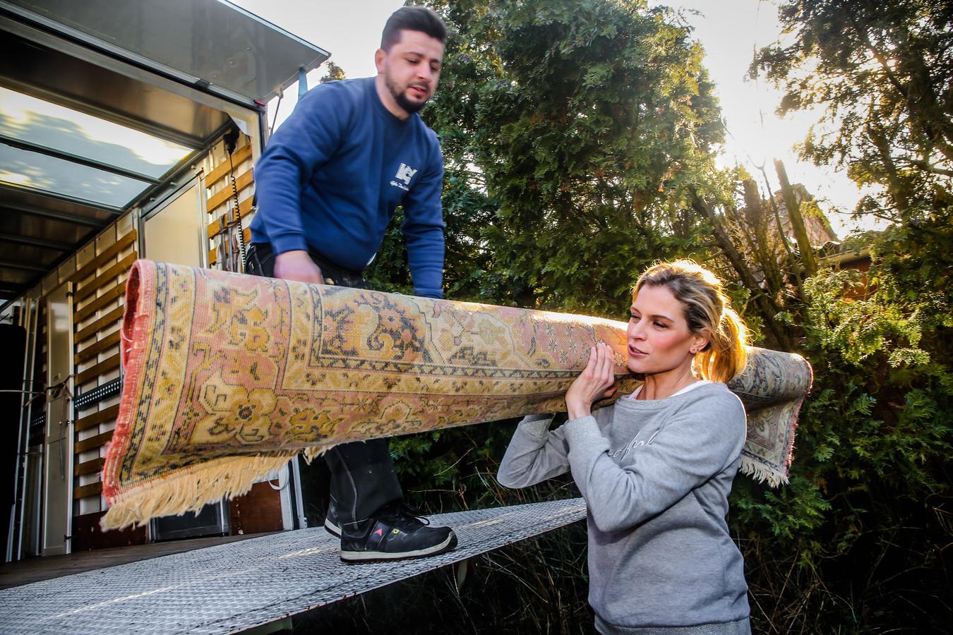 Dina Tersago laadt mee de verhuiswagen uit voor het droomhuis van Anton en Roxane in Stekene.