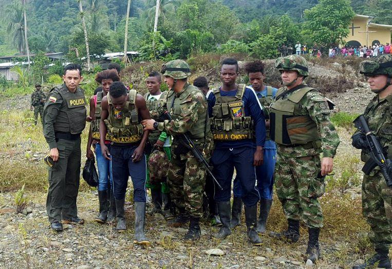 Leden van de Colombiaanse politie en het leger met acht mensen die zijn bevrijd uit de handen van het National Liberation Army (ELN). De foto is afkomstig van het Colombiaanse leger. Het ELN heeft vermoedelijk ook de Nederlandse televisiemaker Derk Bolt en een cameraman ontvoerd. EPA/Colombian Army  Beeld EPA