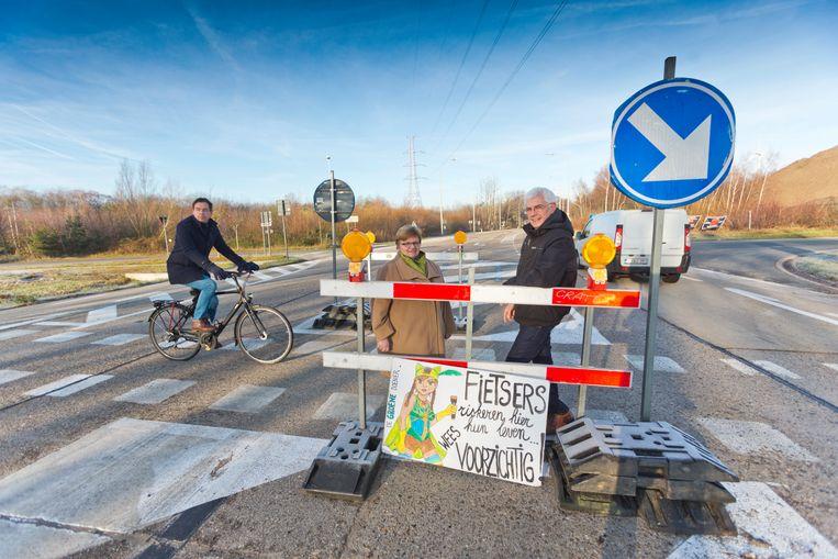 Joahn Danen (op de fiets) test de oversteek, die nog altijd onveilig is.