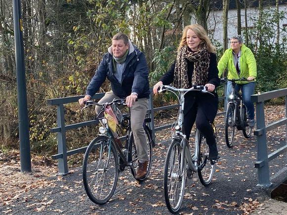 Schepenen Wim Jordens, Sanne Van Looy (vooraan) en Elisabeth Joris (achteraan) verkenden alvast de nieuwe fietsverbinding