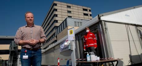 Nog nauwelijks patiënten: speciale corona-tent bij Gelre in Apeldoorn wordt afgebroken