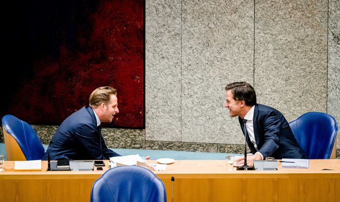 Minister Hugo de Jonge van Volksgezondheid, Welzijn en Sport (CDA) en premier Mark Rutte tijdens een debat in de Tweede Kamer over de ontwikkelingen rondom het coronavirus.
