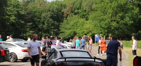 Autofestijn op parkeerplaats Apenheul: bolides trekken veel bekijks