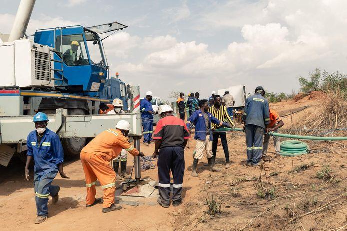 Reddingswerkers installeren een waterpomp om water weg te pompen uit de ingestorte mijnschacht.